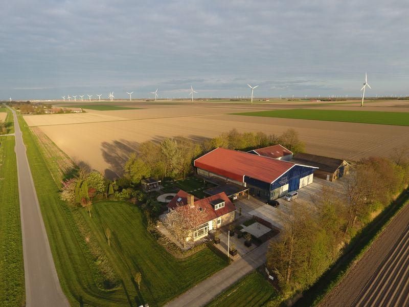 Het bedrijf vanuit de lucht aan de Elandweg 73