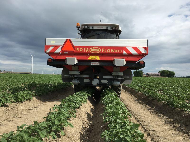 Harrysfarm-Swifterbant-Flevoland-5 juni 2017-overbemesting-nk mix-kunstmest strooien-vicon-aardappelen-IMG_6786